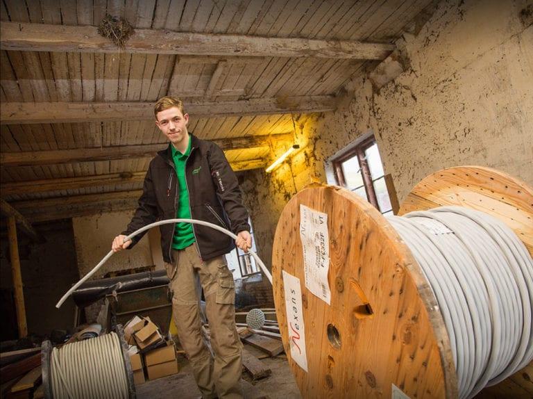 El-installatør Strøby, ejeren trækker kabler