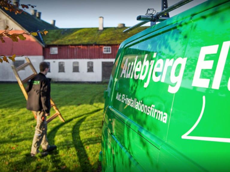 El-installatør Strøby, ejeren går med stige bag firmabil