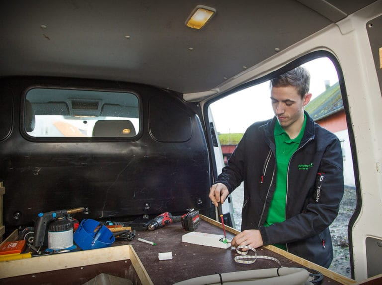 El-installatør Strøby, ejeren fikser genstand inde i firmabil