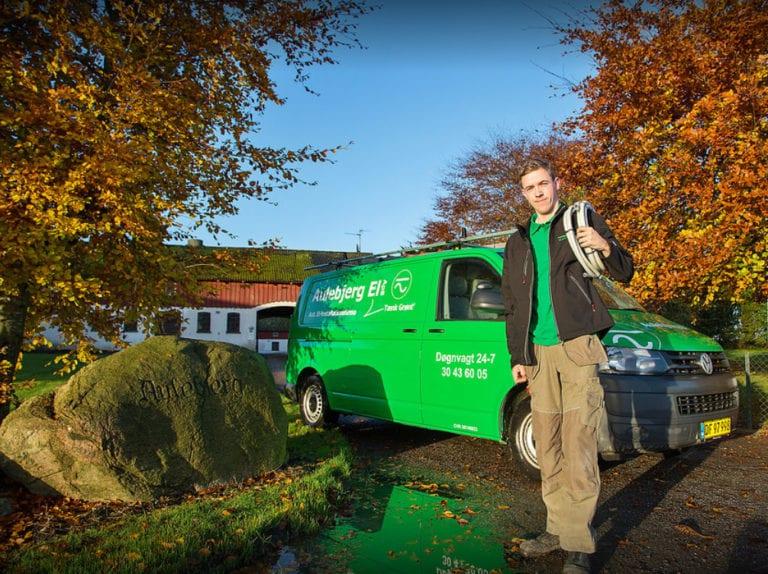 El-installatør Strøby, ejeren står foran bil