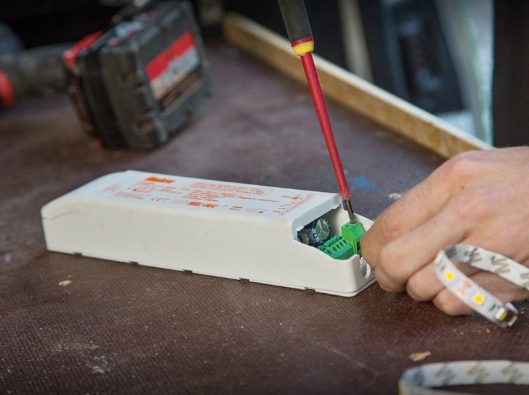 El-installatør Strøby, ejeren måler strøm