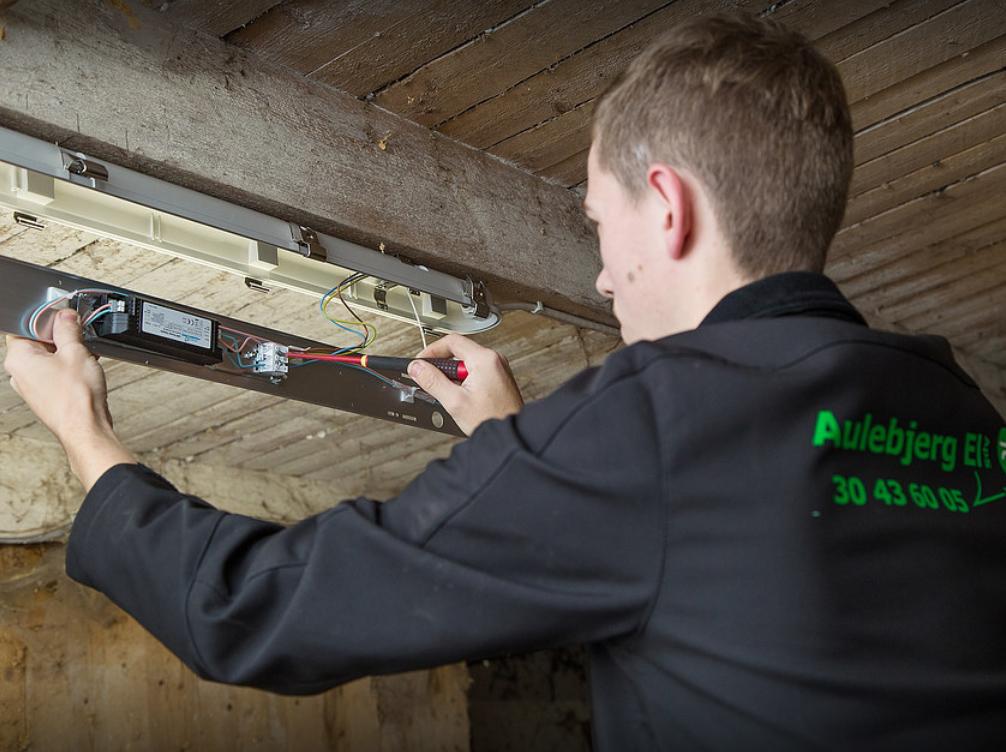 El-installatør Strøby, ejeren laver lys ophæng