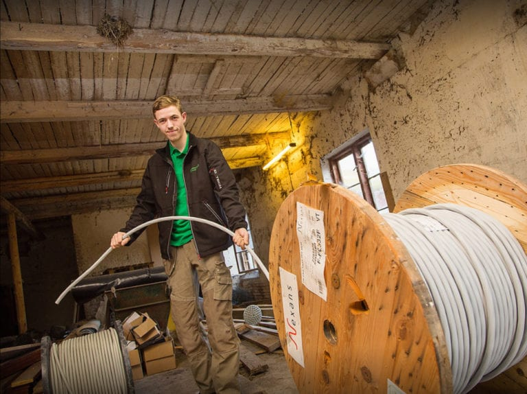 El-installatør Strøby, Stevns, ejeren trækker kabler
