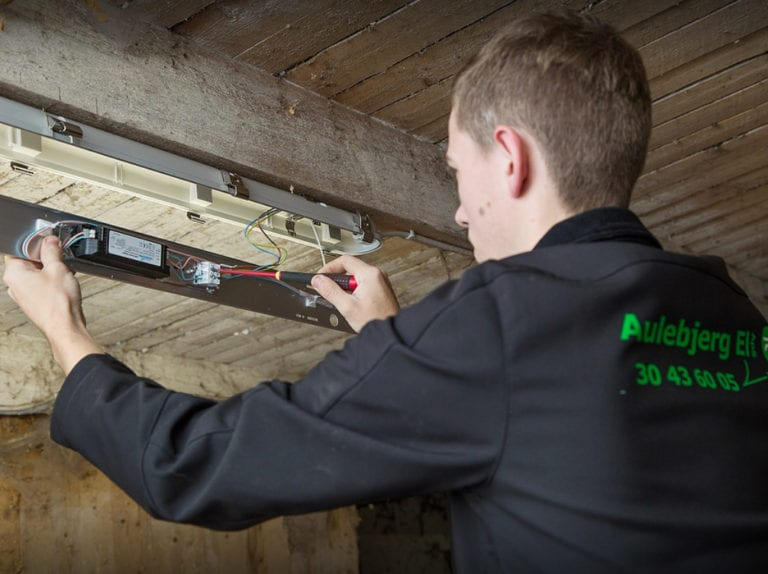 El-installatør Strøby, Stevns, ejeren laver lys ophæng